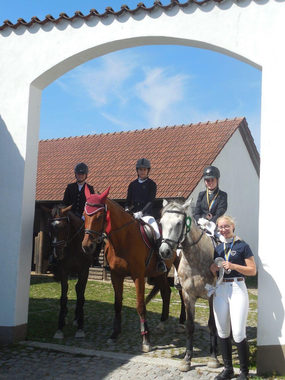 Garnzell Leonie Pucknus mit Royal Rock 6. Platz, Marie Kadura mit Lassey 4. Platz, Mona Staudacher mit Shalamar Tara 3. Platz, Lea Neubauer 2. Platz