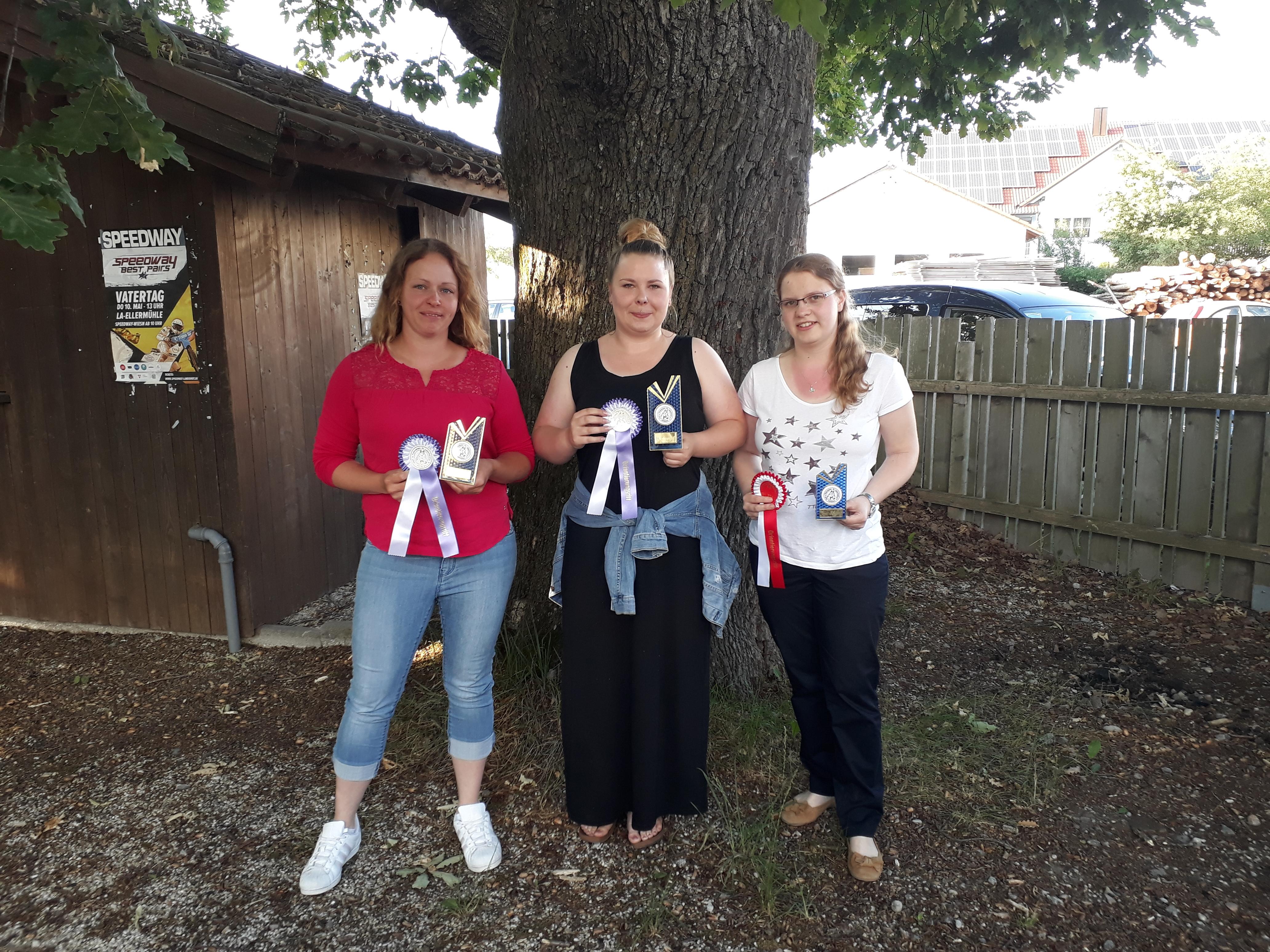 Bild von links: Weber Julia 2. Platz, i. V. Beischl Sarah für Mirlach Sabrina 1. Platz, Ablaßmeier Cornelia 3. Platz